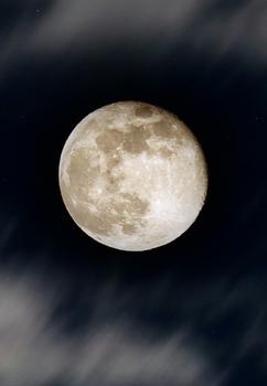 Mond zwischen Wolkenschleier