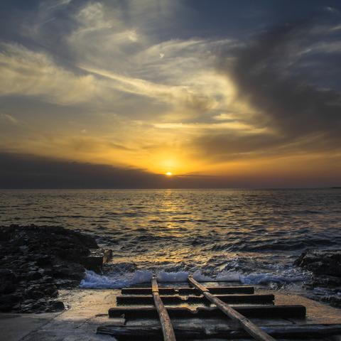 Wundervoller Sonnenuntergang über einer kroatischen Insel