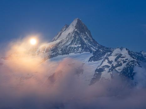 Mondaufgang überm Schreckhorn, Schweiz