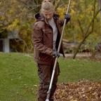 Gärtnerin mit kompletten Werkzeug, Rechen.