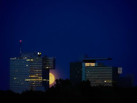 Der Mond scheint durch das Gebäude zu scheinen