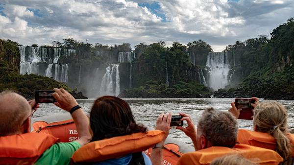 Handy hoch am Iguacu Wasserfall