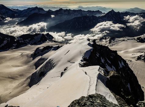 Kurz vor dem erreichen des Gipfel des Allalinhorn 4027m ein Blick zurück auf den Hohlaubgrat.