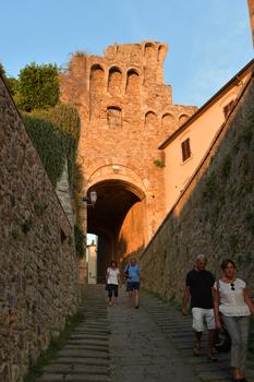 Porta alle Silici (Massa Marettima) in der Abendsonne