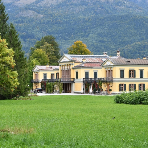 Blick durch den Park auf die Kaiservilla
