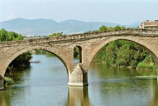 TEILANSICHT DER PILGERBRÜCKE IN PUENTE LAREINE AUF DEM JAKOBSWEG IN SPANIEN